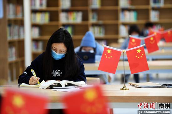 不少读者来到贵州省贵阳市南明区图书馆内看书学习。赵松 摄