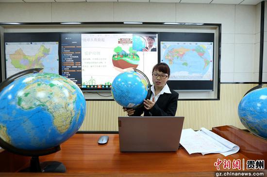 4月21日,在贵州省福泉市第四小学,科普老师杨敏通过网络直播向学生介绍地球知识。