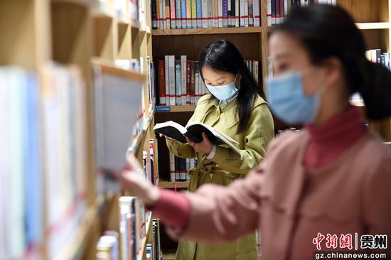 读者正在贵州省贵阳市南明区图书馆内看书学习。赵松 摄