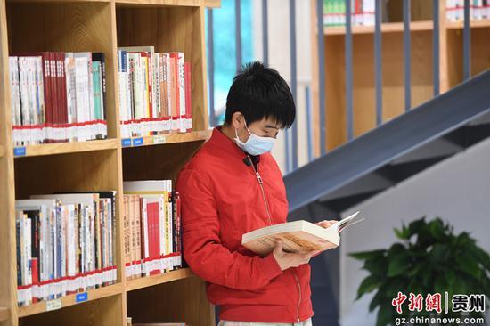 在贵阳市南明区图书馆内,一位读者正在看书学习。赵松 摄