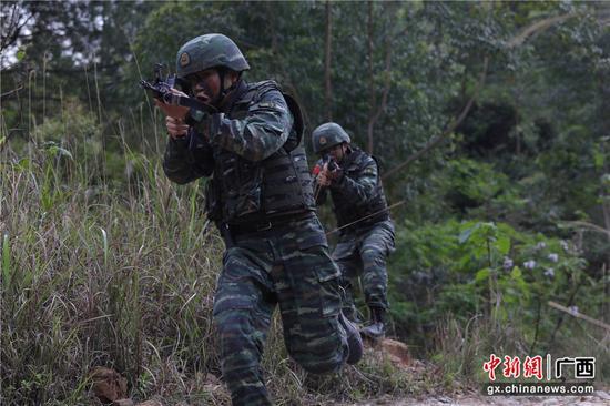 廣西賀州:武警山地捕殲演練 錘煉特戰快反能力