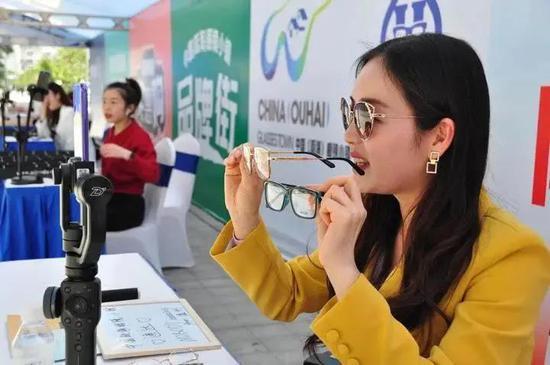 主播線上推薦眼鏡  圖源甌海融媒體中心
