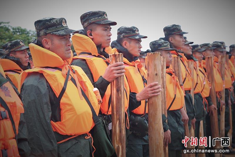 广西北海武警官兵开展防汛救灾综合演练