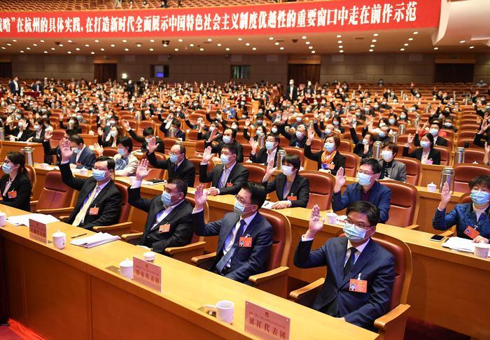 杭州市人大代表们在表决市政府2020年度□民生实事项目。张茵摄