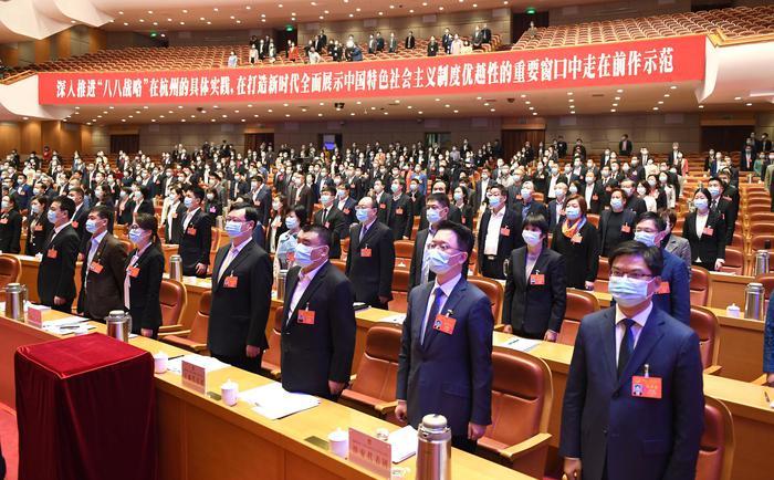 杭州市人大代表们�起立共唱国歌。张茵摄