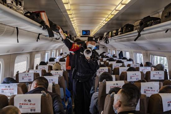 乌鲁木齐铁警列车治安防疫宣传不放松