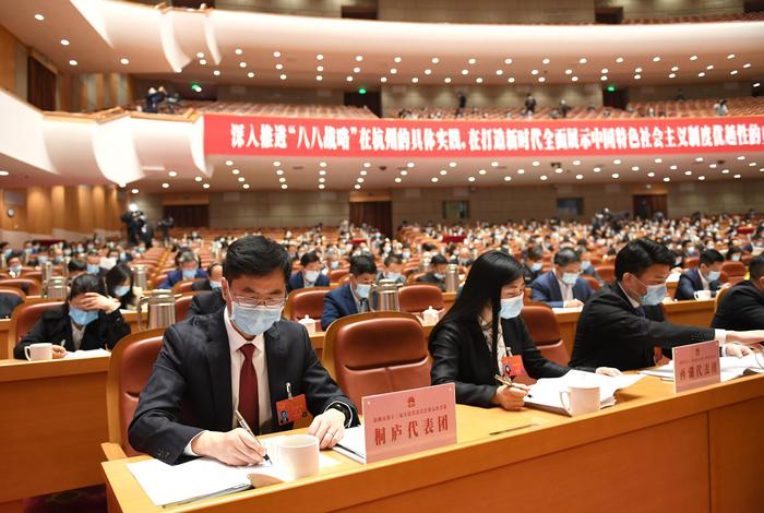 各代表→团的代表们在听取政府工作报告。张茵摄