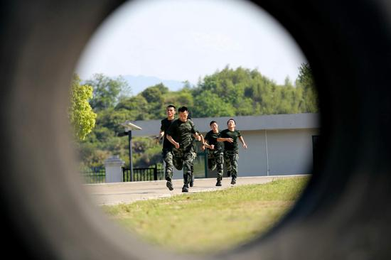 在训练中,参训官兵相互加油鼓劲  刘治乾 摄