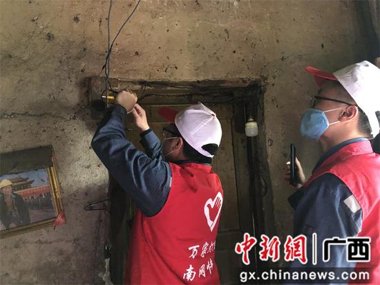 青年志愿者為貧困戶整改室內電線。
