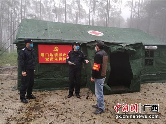 黨員民警在大霧天里值守。