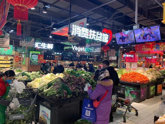 民眾在杭州某商超內購物。張斌 攝