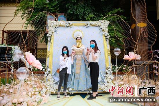 """南宁方特举办首届""""东盟美人奇画展"""" 游客体验异域风情"""