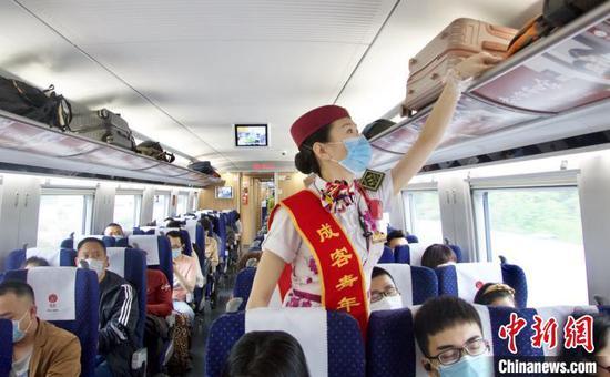 韩继童巡查车厢。 陶静 摄