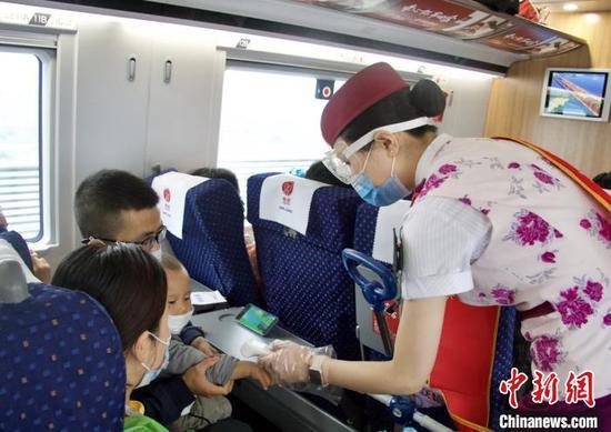 韩继童为旅客测体温。 陶静 摄