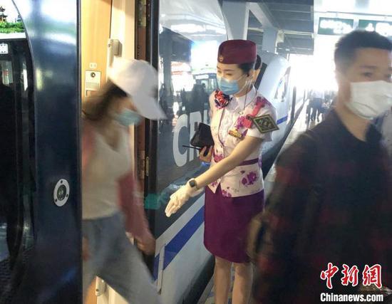 韩继童组织旅客下车。 陶静 摄