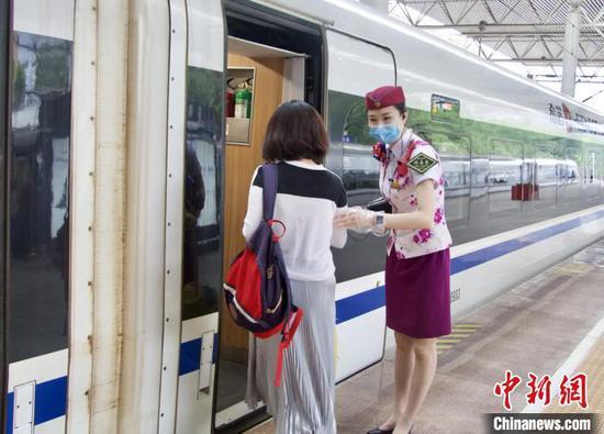 韩继童迎接旅客上车。 陶静 摄