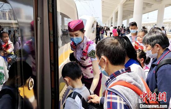 韩继童组织旅客乘车。 陶静 摄