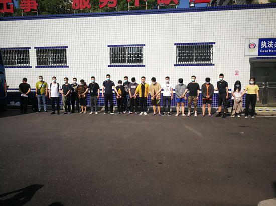 杭州警方打处嫌疑人现场。  杭州警方 供图
