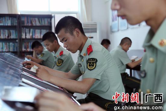 """武警柳州支队举行""""读好书 正三观""""读书分享会活动"""