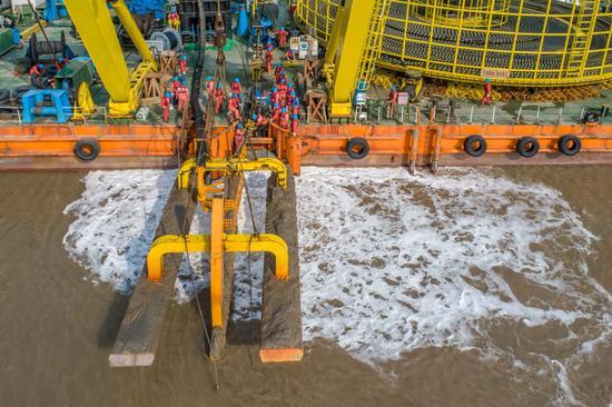 海底电缆敷设现场。  吴海平 摄