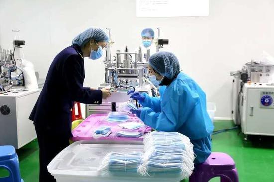 苍南县市场监管局工作人员在检查口罩企业  温州市市场监管局 供