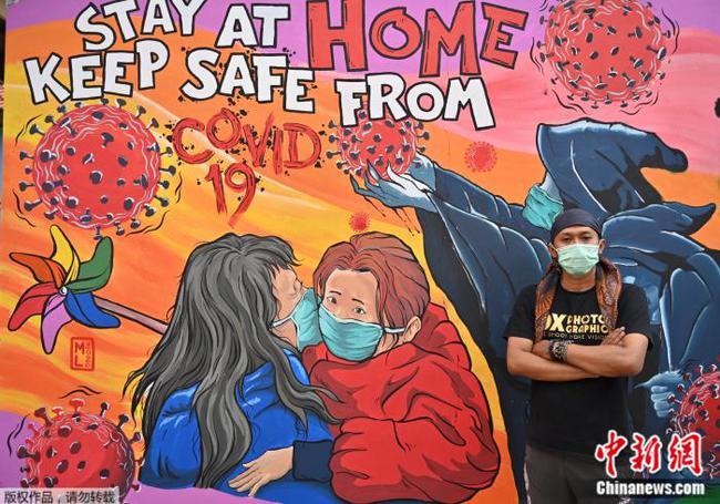 别样抗疫:印尼艺术家墙上作画,提醒民众戴口罩