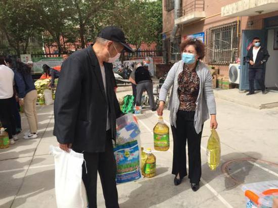 库尔勒市:97份爱心物资 温暖辖区老人心
