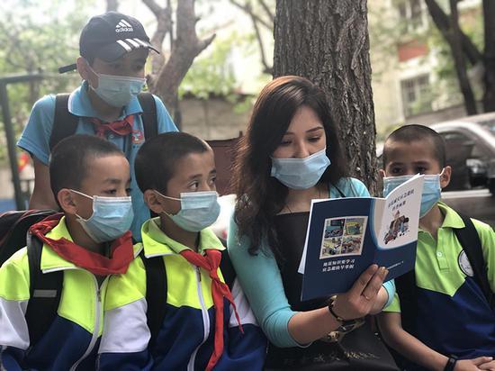 给小学生讲解防震减灾科普知识。