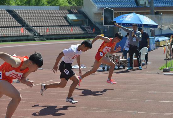 图为:运动员用间隔赛道的方式进行比赛。  商泽阳 摄