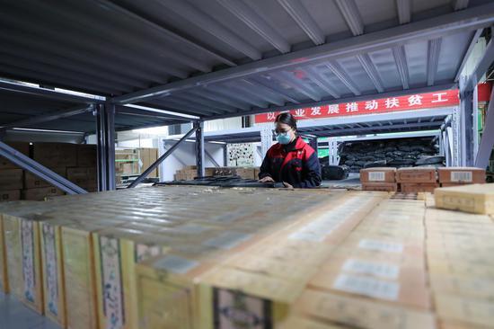 宁夏:艾草扶贫车间助力百姓脱贫致富