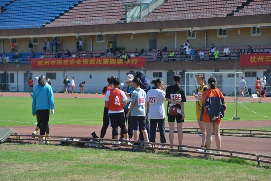 图为:运动员等待比赛。  商泽阳 摄