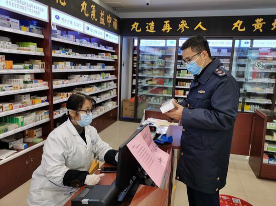 监管人员在药店检查。 浙江省药品监管局 供图