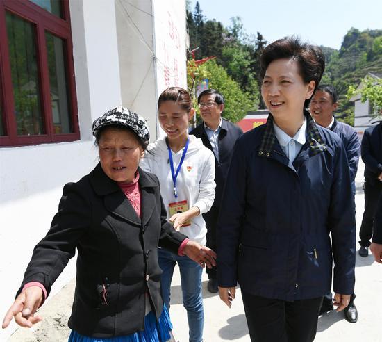 4月28日,谌贻琴在纳雍县厍东关乡李子村走访贫困户。张丽 摄