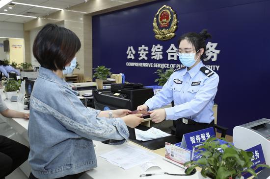 新城公安为市民办理户籍业务。 新城公安供图