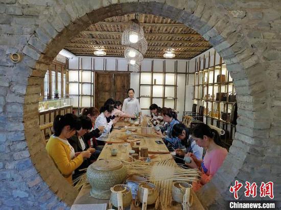 """""""90後(hou)""""代表楊昌芹︰讓貴州的竹(zhu)編技藝(yi)走(zou)出大山(shan)"""