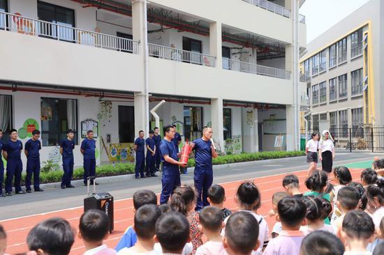 桐琴镇消防大队向孩子们细心讲解防灾减灾防火知识。学校提供