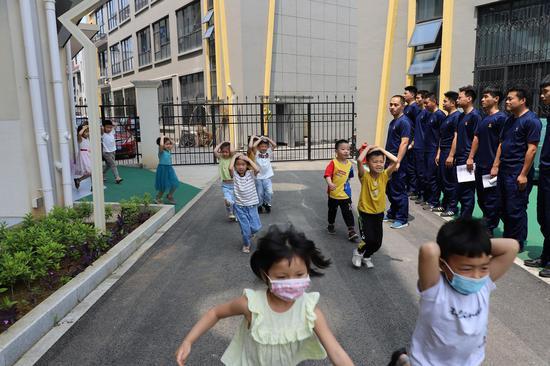"""孩子们参加""""防震减灾""""活动。学校提供"""