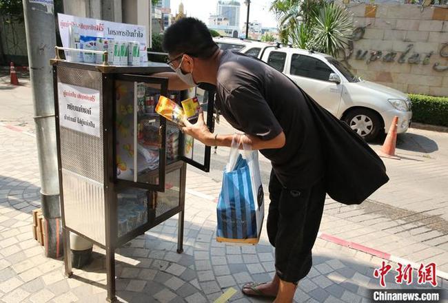 """全球战疫:泰国各地""""共享食物柜""""温暖人心"""