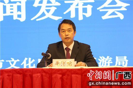 上林县委常委、宣传部部长、县人民政府副县长韦泽伦介绍活动情况。林艺 摄