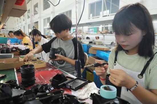 工人组装小风扇。 强蛟供图