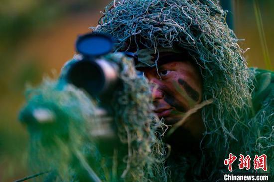 潜伏训练中,狙击手眼神坚毅。