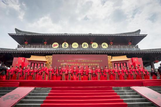 图为新婚夫妻举行集体婚礼。  张陆沁 摄