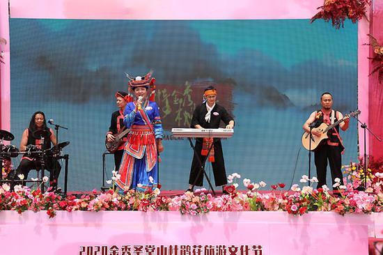 """瑶族乐队""""七彩乡音""""在开幕式上表演.。吴雪君  摄"""