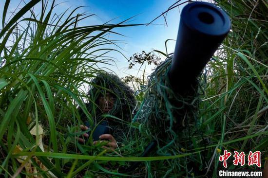 图为潜伏狙击训练。
