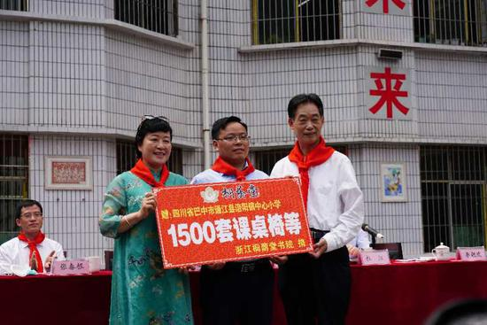 桐荫堂书院向涪阳镇中心小学捐赠了1522套课桌椅等。 桐荫堂供图