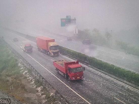 高速路面上都是冰雹  金华高速交警提供