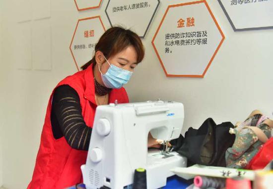 缝纫志愿者进社区 环渚街道提供