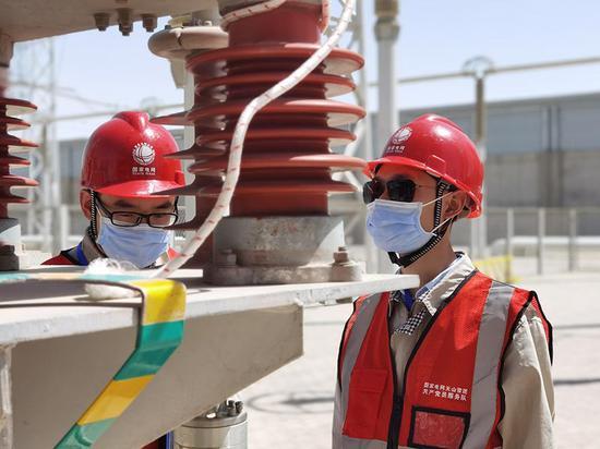 国网新疆电科院开展年度技术监督中避雷器在线监测装置传输光纤检查(徐丽华摄)