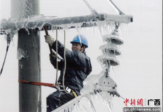 2008年一场历史少见的冰灾重创柳州电网,一千多名抢险队员三十多个昼夜力战,只为及时把光和热送进千家万户。