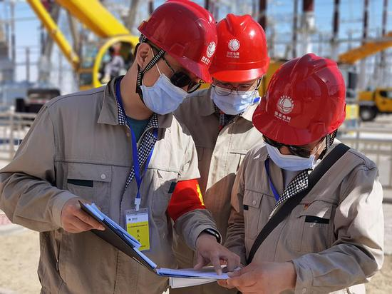 国网新疆电科院工作人员正在开展750千伏一号主变监督(徐丽华摄)
